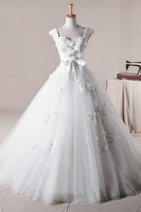 Sleeveless Sweetheart Princess Ball Gown Featuring Lace Appliqués and Bow Accent