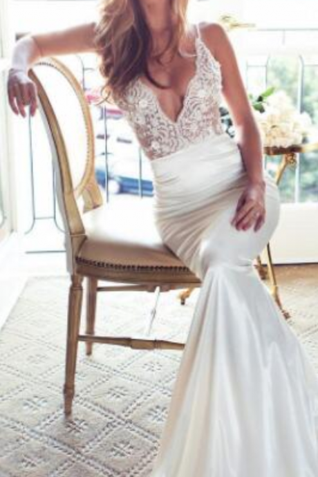 Spaghetti Straps Pluning V-Neck Bridal Beach Wedding Dress Illuison Lace Bodice With Satin Fitted Bride Gown